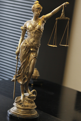 Kanzlei Schroth, Kiesinger und Kollegen - goldene Justistia